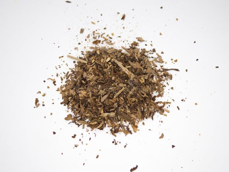 Mucchio del tabacco isolato su una superficie e su un fondo bianchi fotografia stock