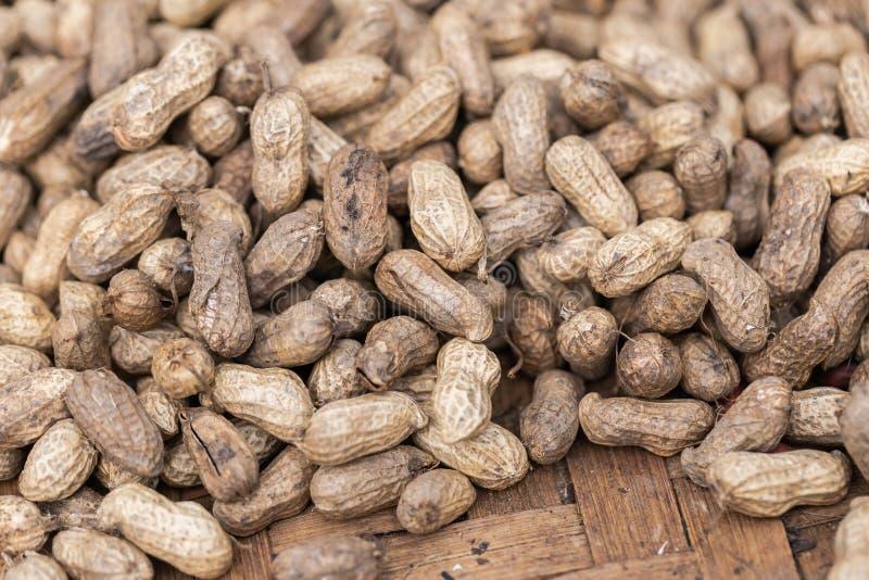 Mucchio dell'arachide nella struttura delle coperture al mercato per progettazione di massima di agricoltura e dell'alimento fotografia stock libera da diritti