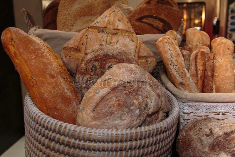 Mucchio dell'assortimento dei panini e della pagnotta francese dentro Bas di vimini fotografia stock libera da diritti