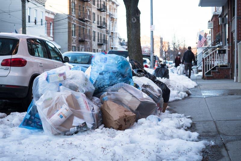 Mucchio dell'immondizia sul marciapiede di New York immagini stock