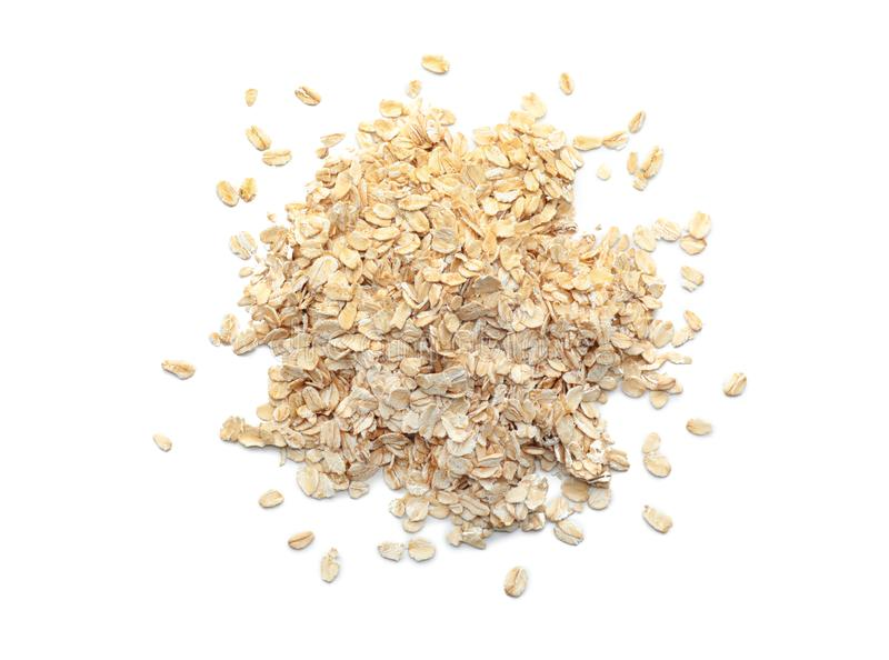 Mucchio della farina d'avena cruda su fondo bianco immagine stock libera da diritti