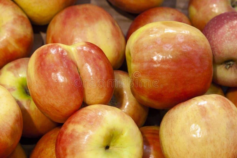Mucchio della fine arancio e gialla fresca di vista superiore delle mele su fotografie stock libere da diritti