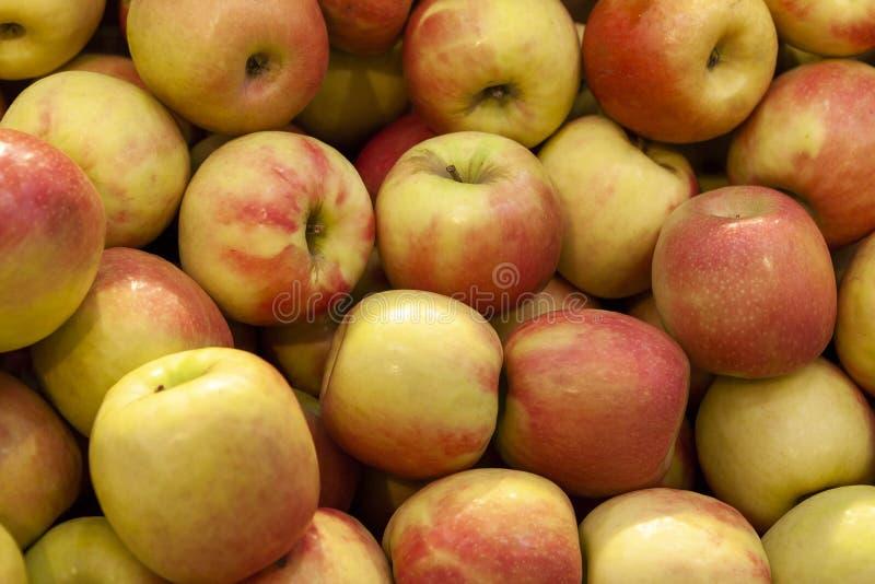 Mucchio della fine arancio e gialla fresca di vista superiore delle mele su fotografia stock libera da diritti