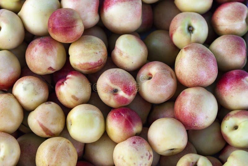 Mucchio della fine arancio e gialla fresca di vista superiore delle mele su immagini stock libere da diritti