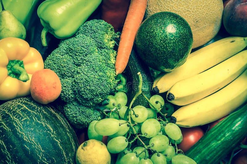 Mucchio della frutta e delle verdure fresche - retro stile fotografia stock libera da diritti