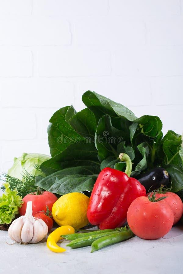 Mucchio della frutta e delle verdure fresche su fondo di legno fotografie stock