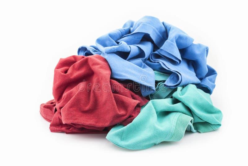Mucchio della lavanderia sporca isolato su bianco fotografie stock