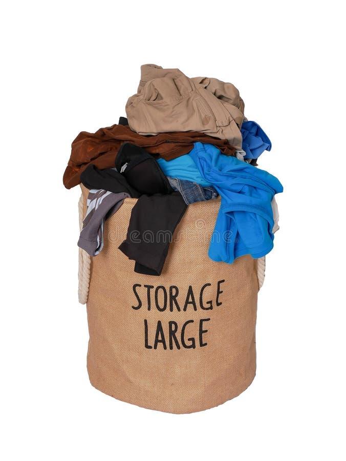 Mucchio della lavanderia sporca in uno stoccaggio del tessuto di lavaggio grande su un fondo bianco fotografie stock