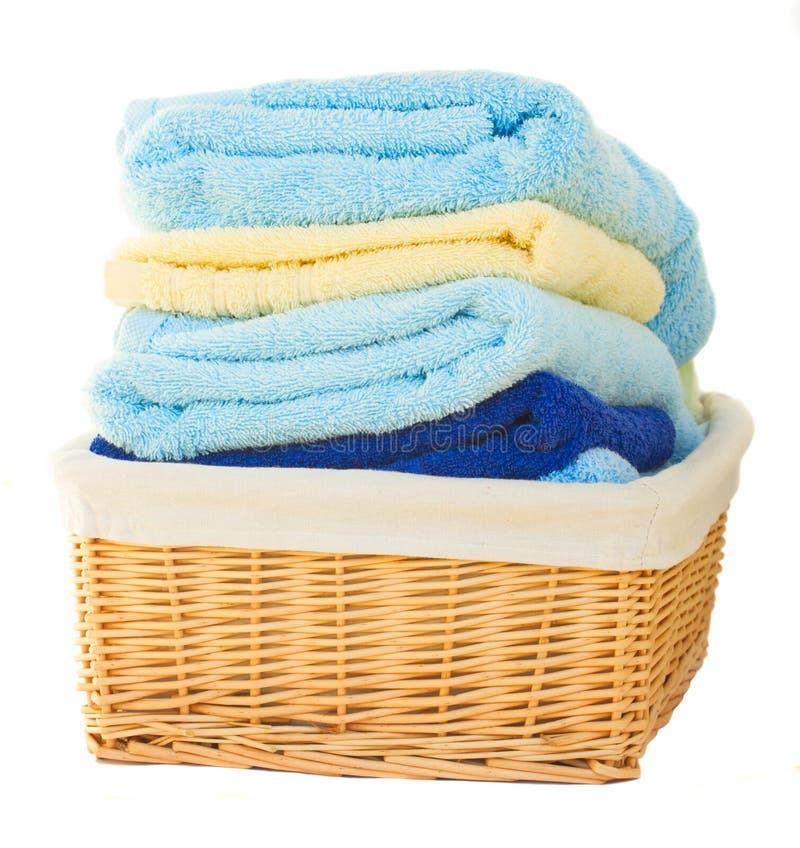Mucchio della merce nel carrello lavata dell'asciugamano immagini stock libere da diritti