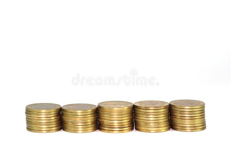 Mucchio della moneta di oro isolato su fondo bianco immagini stock