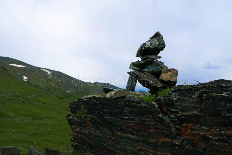 Mucchio della montagna della vista scenica del cairn delle pietre Montagne di Altai, Russia fotografia stock libera da diritti
