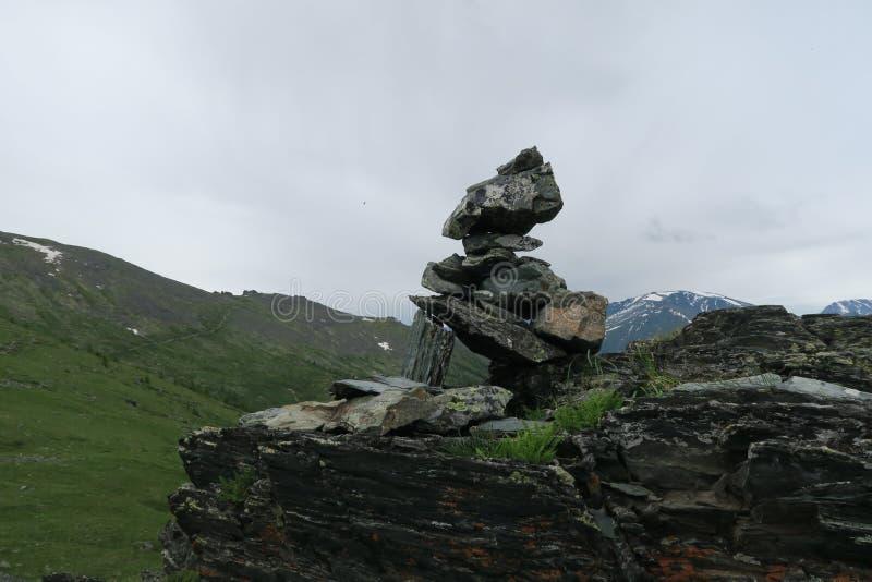 Mucchio della montagna della vista scenica del cairn delle pietre Montagne di Altai, Russia fotografia stock