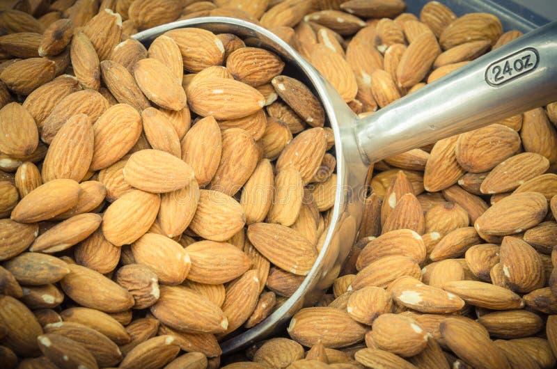 Mucchio della vendita in serie secca organica della mandorla al mercato locale in Americ immagine stock