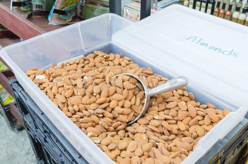 Mucchio della vendita in serie secca organica della mandorla al mercato locale in Americ fotografia stock