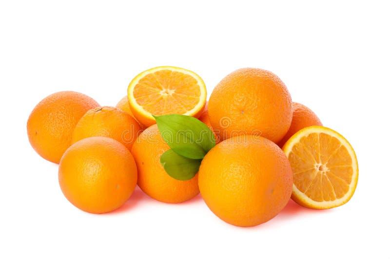 Mucchio delle arance mature isolate su fondo bianco immagini stock libere da diritti