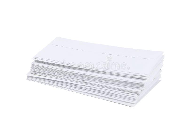 Mucchio delle buste isolate su fondo bianco con il percorso di ritaglio e lo spazio della copia fotografia stock libera da diritti