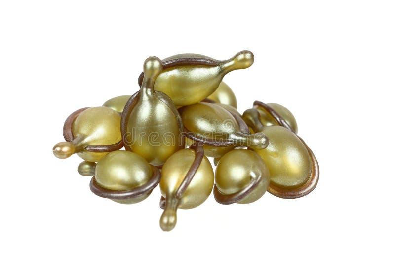 mucchio delle capsule del siero dei capelli isolate su bianco fotografia stock