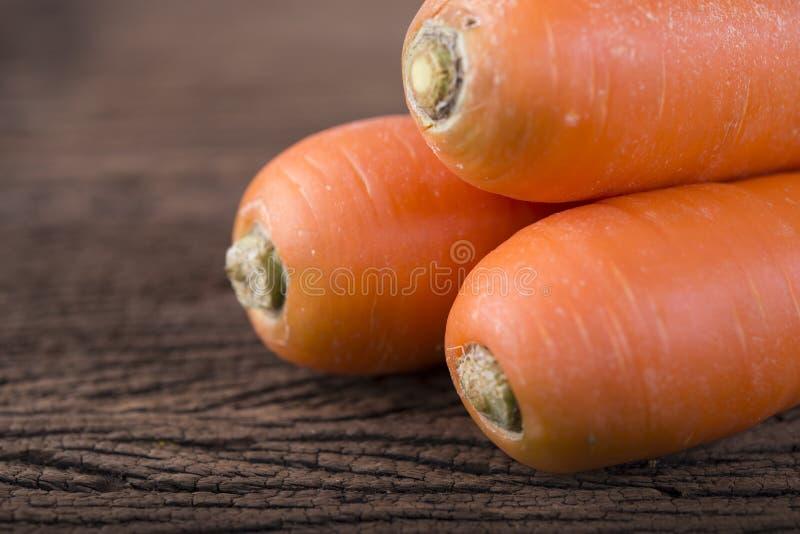 Mucchio delle carote fresche su fondo di legno fotografia stock libera da diritti