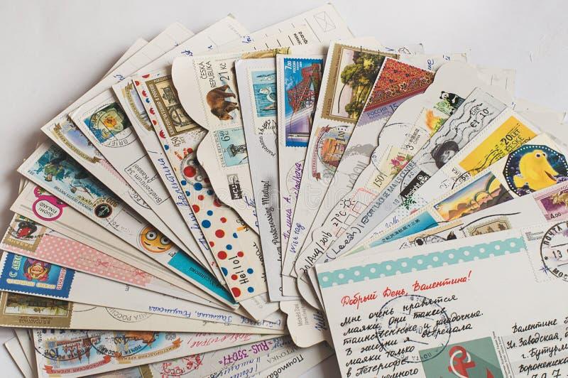 Mucchio delle cartoline scritte fotografie stock libere da diritti