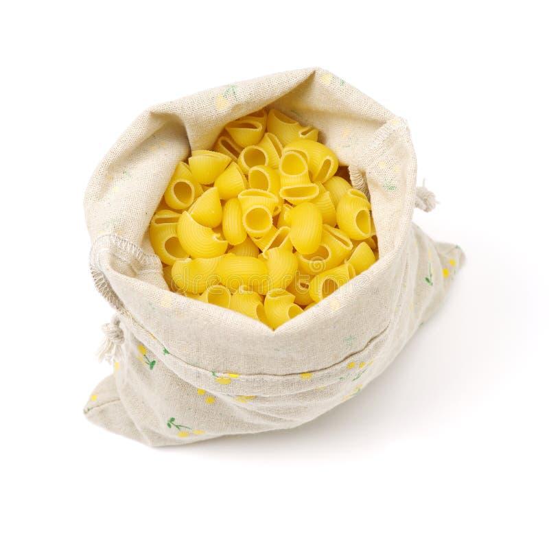 Mucchio delle coperture italiane crude dei maccheroni in un sacco immagini stock libere da diritti