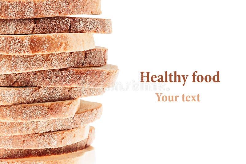 Mucchio delle fette di pane bianco con una crosta croccante su un fondo bianco Conclusione decorativa, confine Isolato Arte di co immagini stock libere da diritti