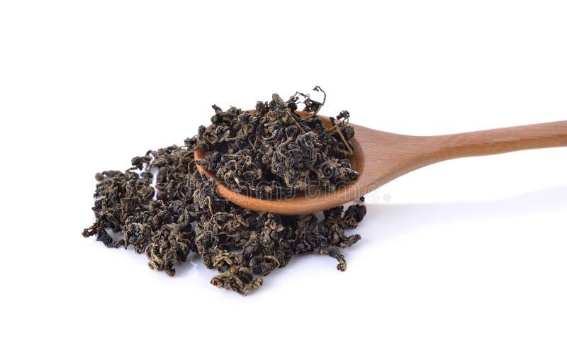 Mucchio delle foglie di tè verdi secche su bianco immagini stock libere da diritti