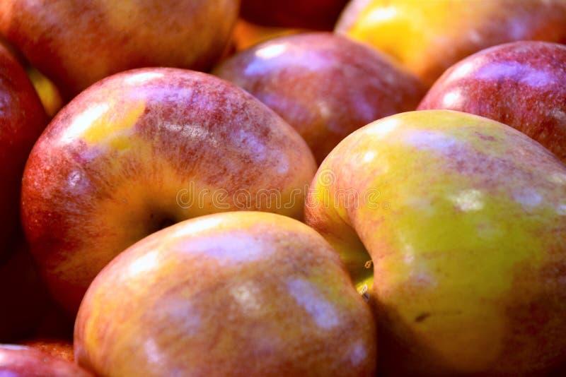 Mucchio delle mele sul vagone immagini stock libere da diritti