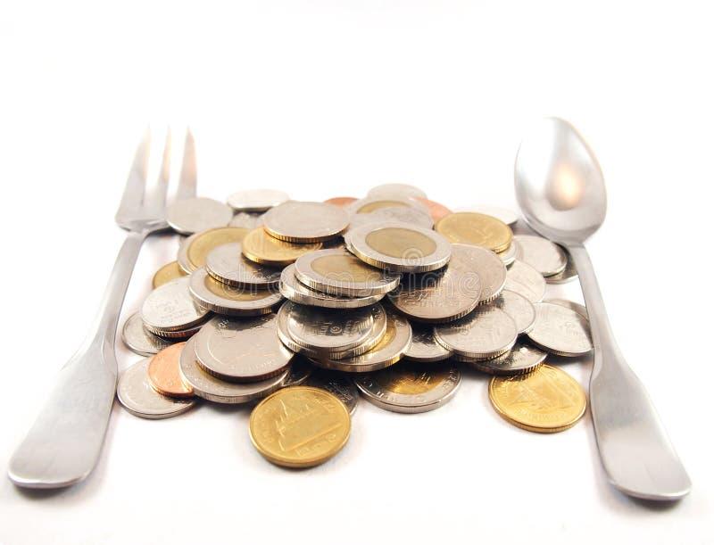 Mucchio delle monete, del cucchiaio e della forchetta, soldi di baht tailandese, finanza fotografia stock