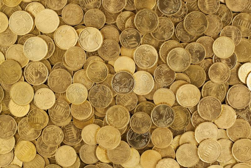 Mucchio delle monete del giro dell'oro immagini stock