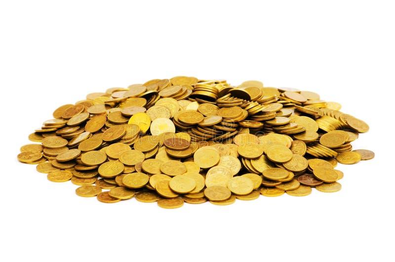 Mucchio delle monete dorate isolate immagine stock