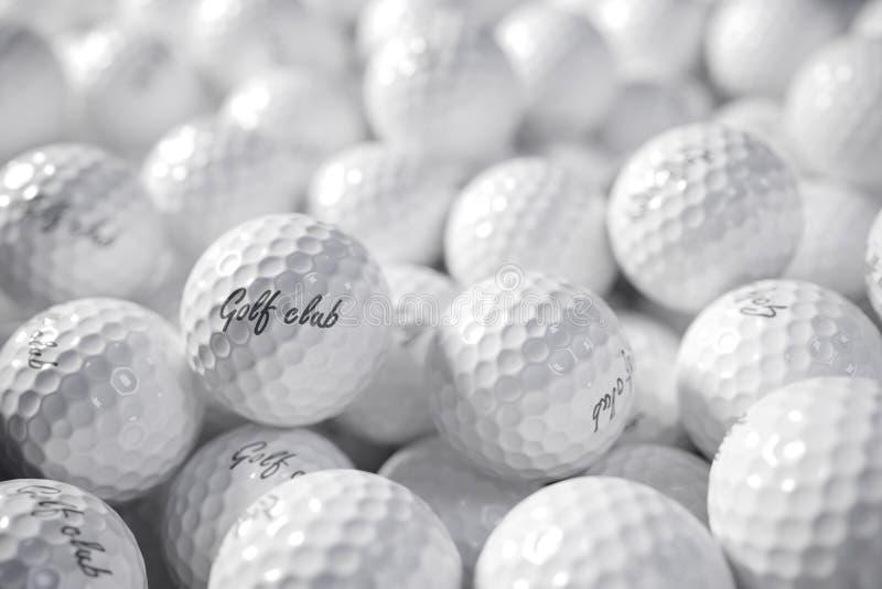 Mucchio delle palle da golf il concetto 3d rende illustrazione di stock