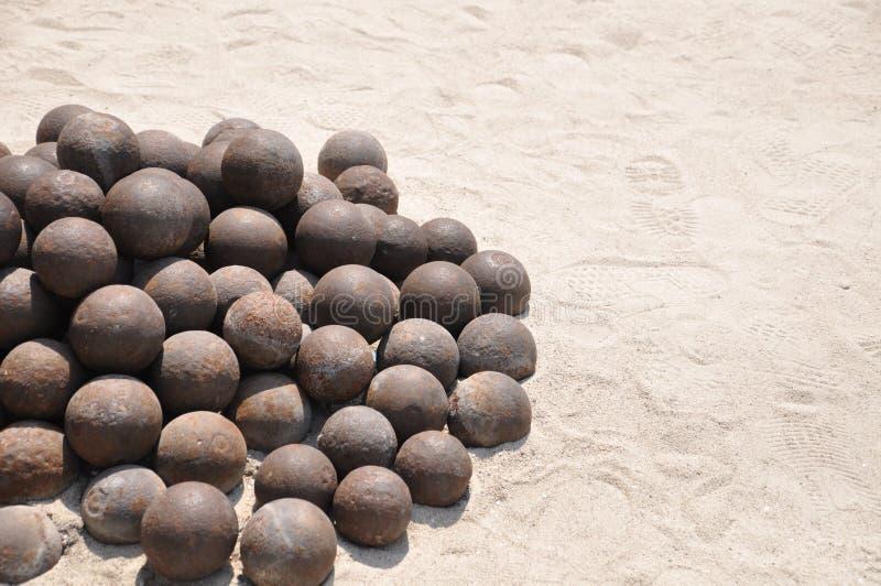 Mucchio delle palle di cannone antiche accatastate su fotografia stock