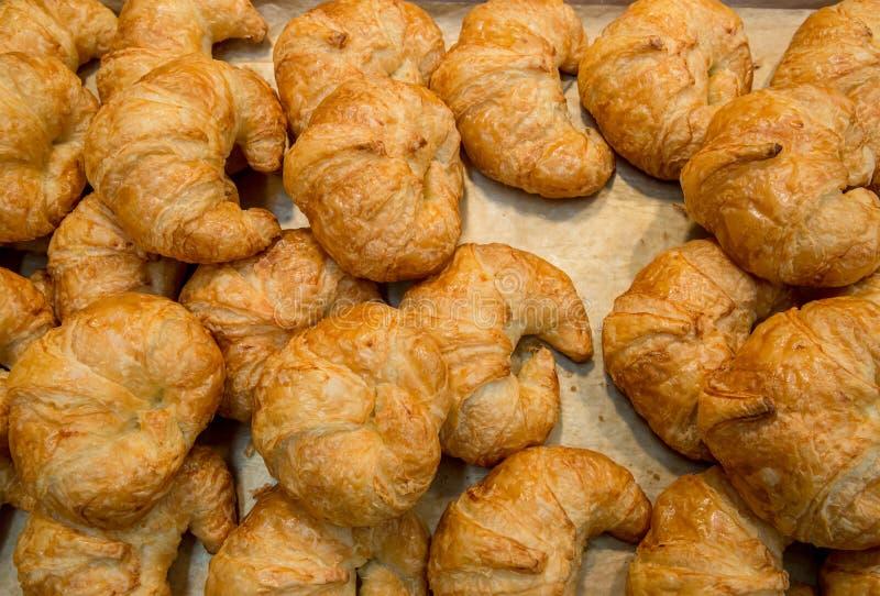 Mucchio delle pasticcerie mouthwatering al forno fresche del croissant della mandorla nel canestro Croissants cotti freschi Un mu fotografia stock