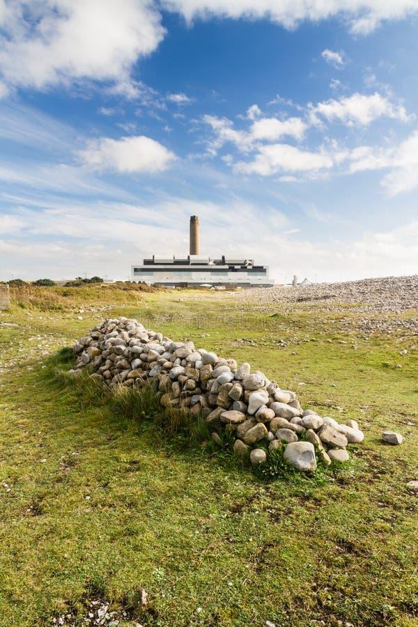 Mucchio delle pietre, centrale elettrica nella distanza fotografia stock libera da diritti