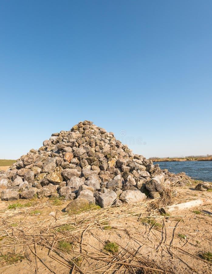 Mucchio delle pietre lungo un fiume fotografie stock libere da diritti