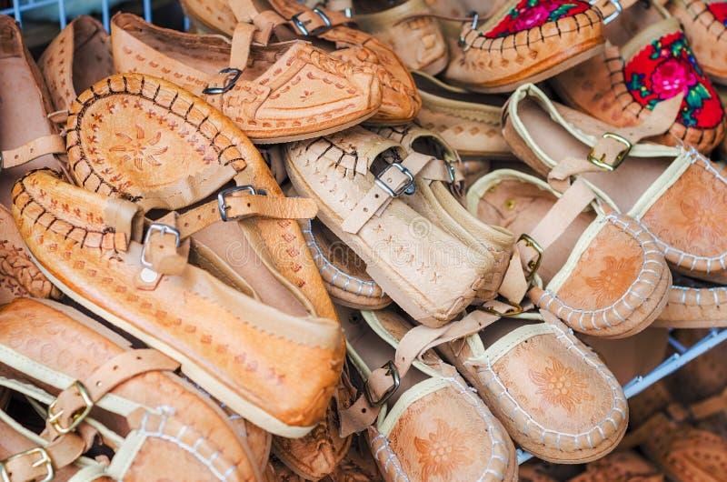 Mucchio delle scarpe di cuoio dei bambini svegli fotografia stock