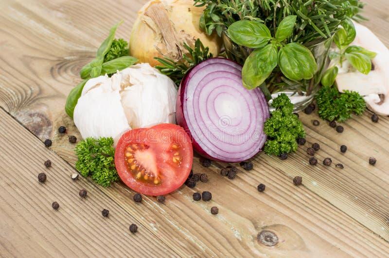 Mucchio delle verdure con le erbe fotografie stock libere da diritti