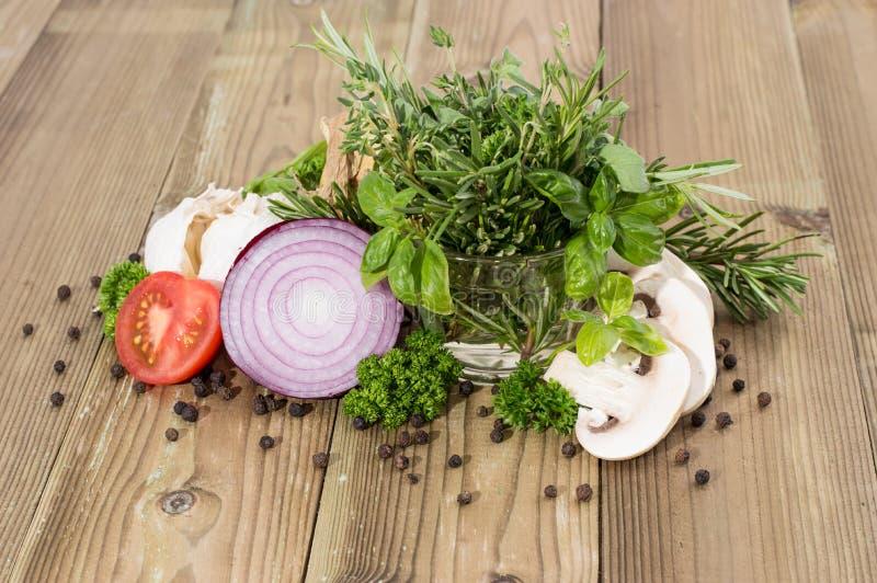 Mucchio delle verdure con le erbe fresche immagine stock libera da diritti