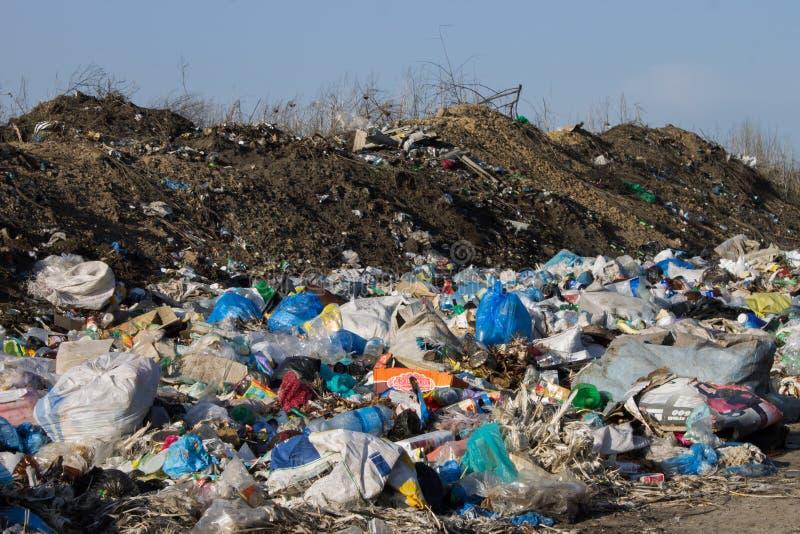 Mucchio dello scarico di immondizia e di spreco Inquinamento ambientale fotografie stock libere da diritti