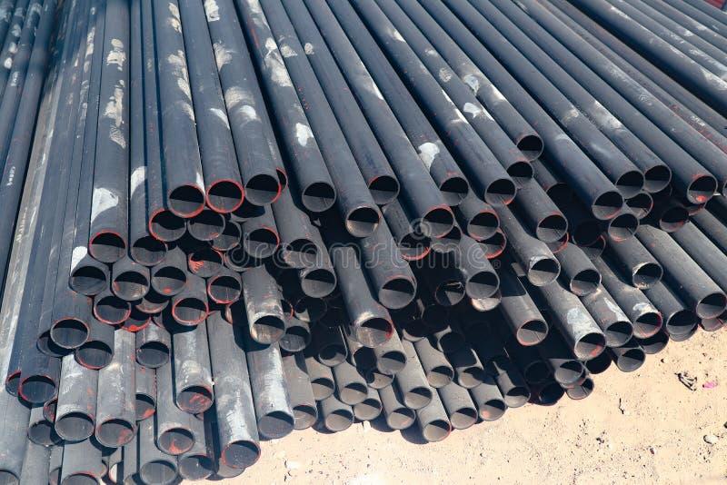 Mucchio di alluminio e del metallo del tubo nel magazzino del carico per trasporto alla fabbrica fotografia stock libera da diritti