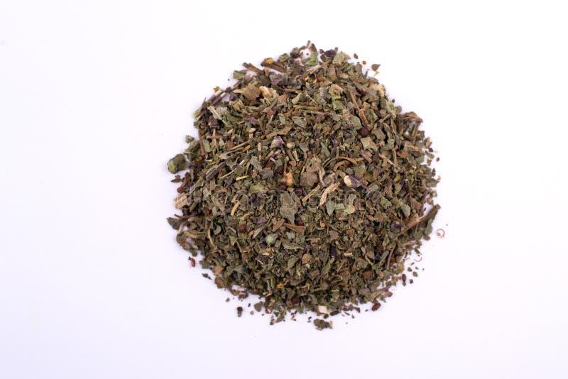 Mucchio di basilico asciutto Vista superiore di un condimento delle erbe della parte isolato fotografia stock
