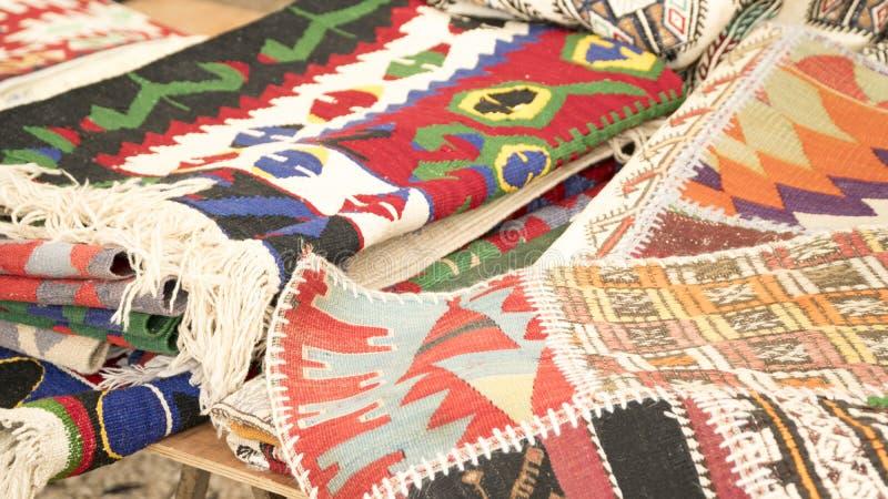 Mucchio di bei tappeti fatti a mano sul bazar del mercato - Tappeti fatti a mano ...