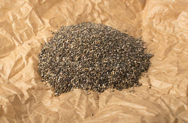 Mucchio di Chia Seeds nello spostamento della carta pergamena immagini stock