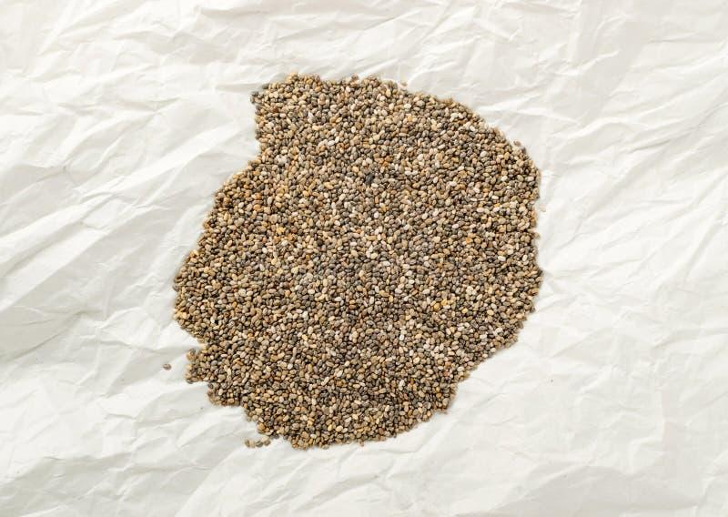 Mucchio di Chia Seeds nello spostamento della carta pergamena fotografie stock libere da diritti