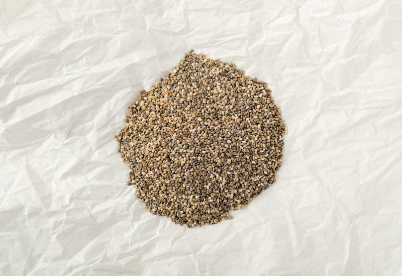 Mucchio di Chia Seeds nello spostamento della carta pergamena fotografia stock