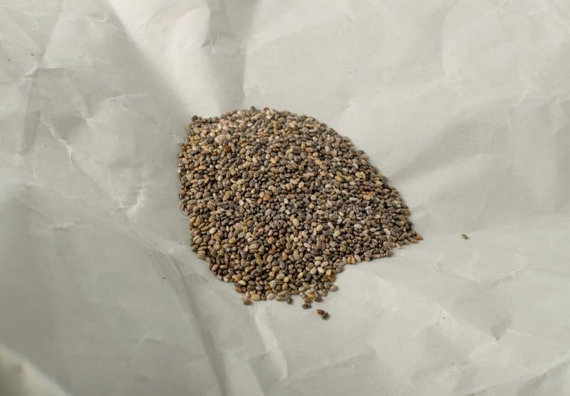 Mucchio di Chia Seeds nello spostamento della carta pergamena immagine stock libera da diritti