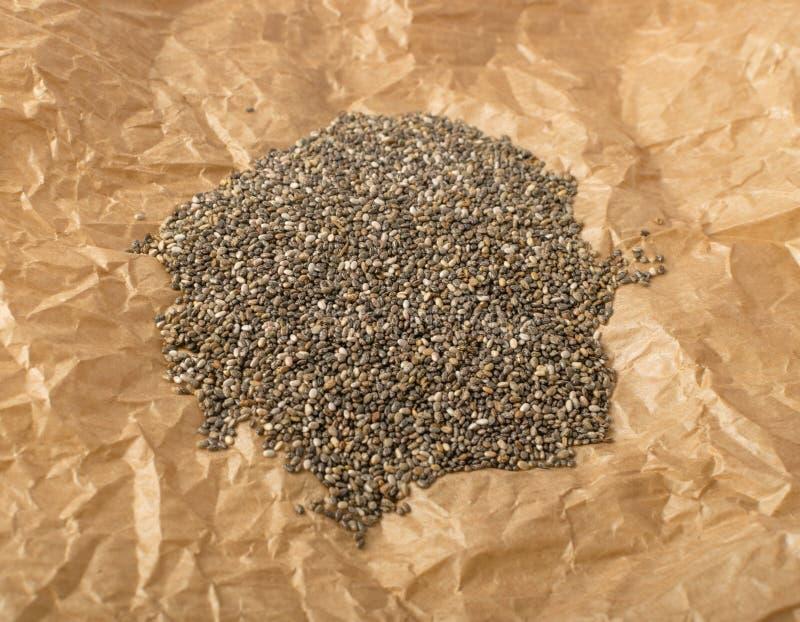Mucchio di Chia Seeds nello spostamento della carta pergamena fotografia stock libera da diritti