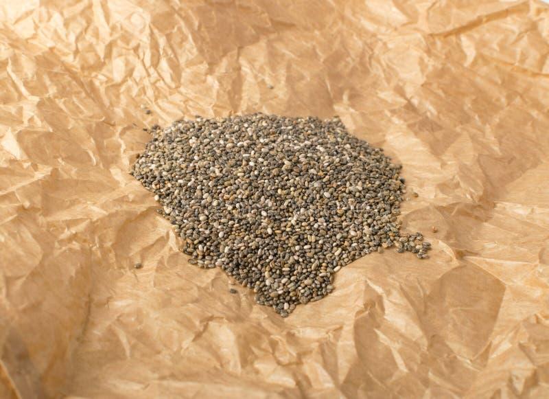 Mucchio di Chia Seeds nello spostamento della carta pergamena immagine stock