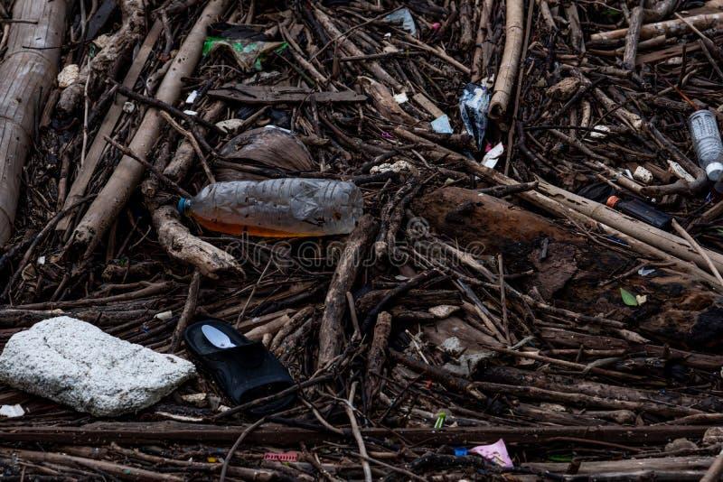 Mucchio di detriti e di spreco dopo l'inondazione Problema residuo nell'ambiente Problema di plastica dalle famiglie Gestione dei immagini stock libere da diritti