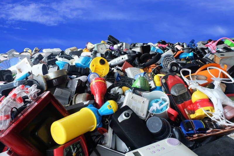 Mucchio di divisione usata dei rifiuti elettronici rotto o di danno isolato su fondo bianco fotografia stock
